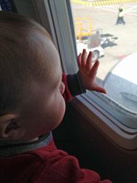 ZKKH-kijkt-uit-vliegtuigraam-