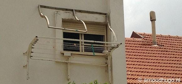 Zonnescherm in verval, stad verpulvert