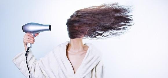 Vrouw met haardroger