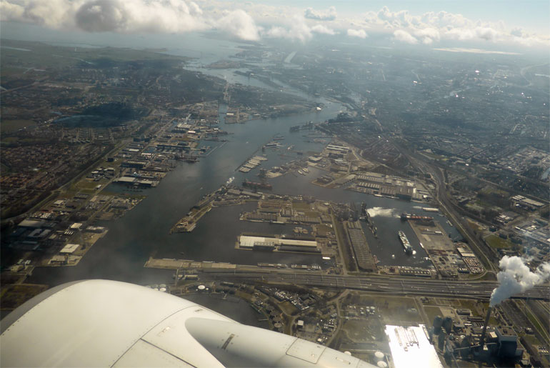Opstijgend vliegtuig boven Amsterdam